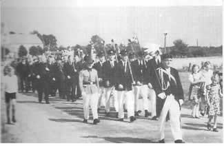 In geliehener Uniform marschierten die Schützenbrüder erwartungsvoll zum ersten Bruderschafts-Schützenfest 1952