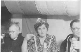 Königin beim ersten Schützfest 1951 wurde Frieda Richert (Mitte), Ehefrau des Mechanikers Franz Richert, auf dem Bild mit Pastor Müller (links) und Ernst Deitmar (rechts)