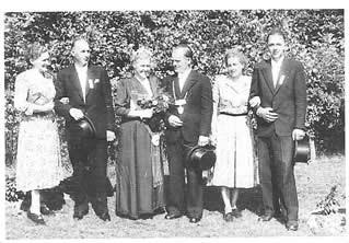 Erstes Königspaar der jungen Bruderschaft wurde im Jahre 1952 Willi und Änne Bosse, hier mit dem Hofstaat den Ehepaaren Tecklenborg (rechts) und Droste (links)